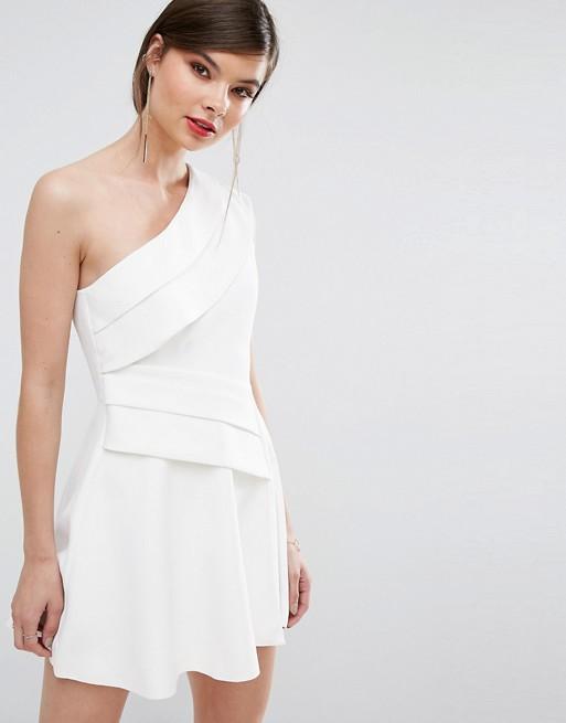 Robe courte blanche chic manche asymetrique